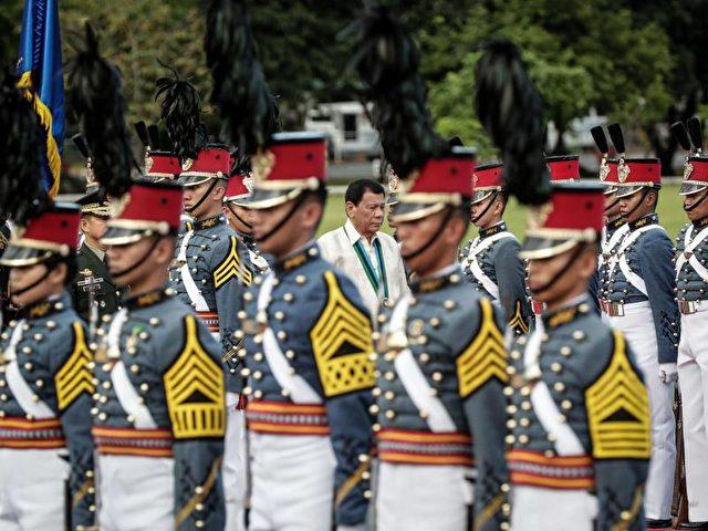 Der philippinische Präsident Rodrigo Duterte bei einem Truppenbesuch in Camp Aguinaldo in Quezon City anlässlich des 81. Jahrestages der Gründung der Streitkräfte. Foto: Mark R. Cristino/dpa
