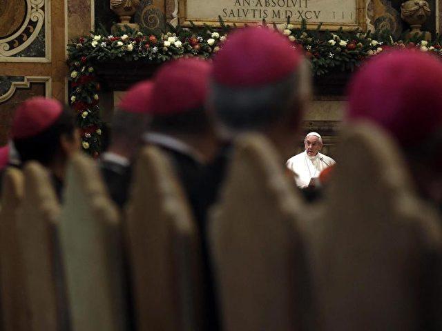 Papst Franziskus überbringt in der «Sala Clementina» im Vatikan vor Prälaten seine Weihnachtsgrüße an die Römische Kurie. Foto: Gregorio Borgia/dpa