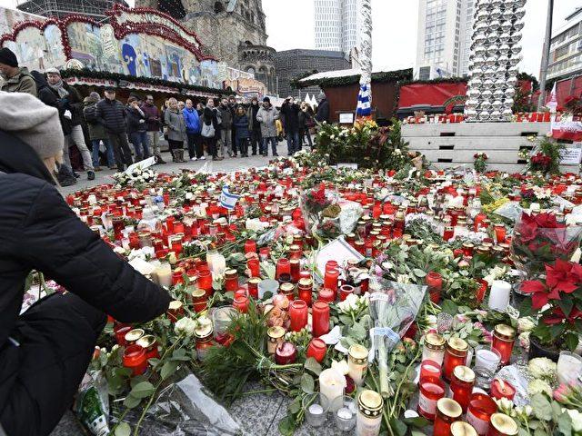 Festliche Stimmung mag auf dem wiedereröffneten Berliner Weihnachtsmarkt am Breitscheidplatz nicht aufkommen. Foto: Rainer Jensen/dpa