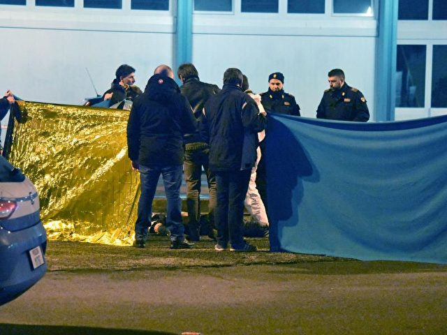 Italienische Polizeibeamte sichern in Mailand Spuren. Foto: Daniele Bennati/dpa