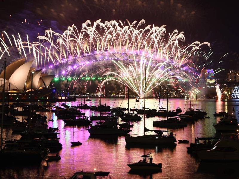 Spektakuläres Feuerwerk in Sydney läutet neues Jahr in Australien ein + Video