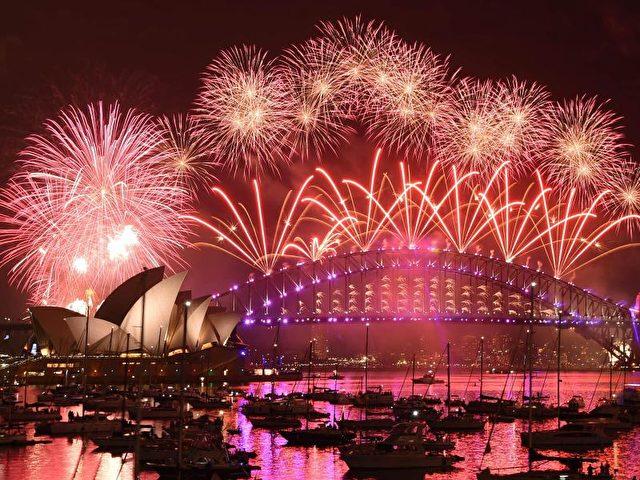 Ein gigantisches Feuerwerk erlebten mehr als eine Million Feiernde im Hafen vonSydney. Über dem berühmten Opernhaus flogen bei sommerlichen Temperaturen zwölf Minuten lang Raketen in denNachthimmel. Foto: Mick Tsikas/dpa