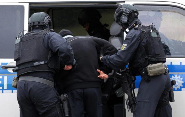Polizei verhaftet einen IS-Anhänger (Symbolbild) Foto: Adam Berry/Getty Images