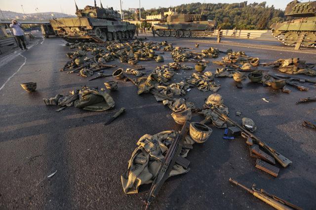 Militärausrüstung nach dem Putschversuch in der Türkei. July 2016. Foto: Getty Images