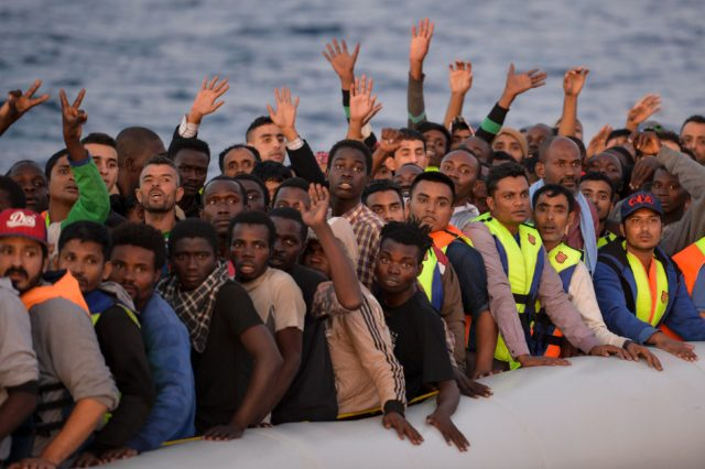 Migranten im Mittelmeer. Foto: ANDREAS SOLARO/AFP/Getty Images