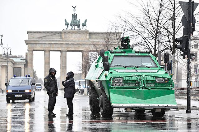 Panzerfahrzeug vor dem Brandenburger Tor in Berlin. 17. November 2016. Foto: JOHN MACDOUGALL/AFP/Getty Images