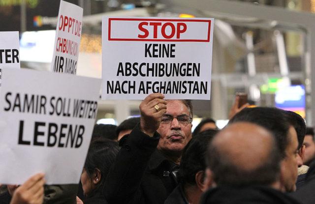 Demonstration gegen Abschiebungen nach Afghanistan. Flughafen Frankfurt/Main am 14. Dezember 2016. Foto: DANIEL ROLAND/AFP/Getty Images