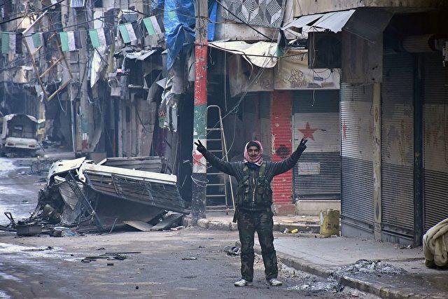 Ein Syrier macht das Victory-Zeichen, nachdem die syrische Regierung die Region Salaheddin von den Dschihadisten befreit hat. 23. Dezember 2016. Foto: GEORGE OURFALIAN/AFP/Getty Images