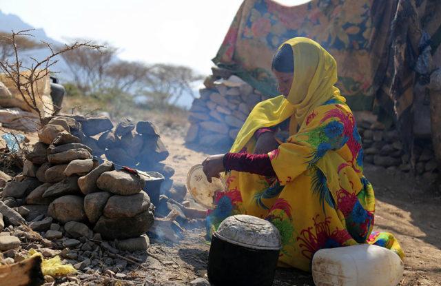 Eine Frau im Jemen beim Kochen. Foto: AHMAD AL-BASHA/AFP/Getty Images