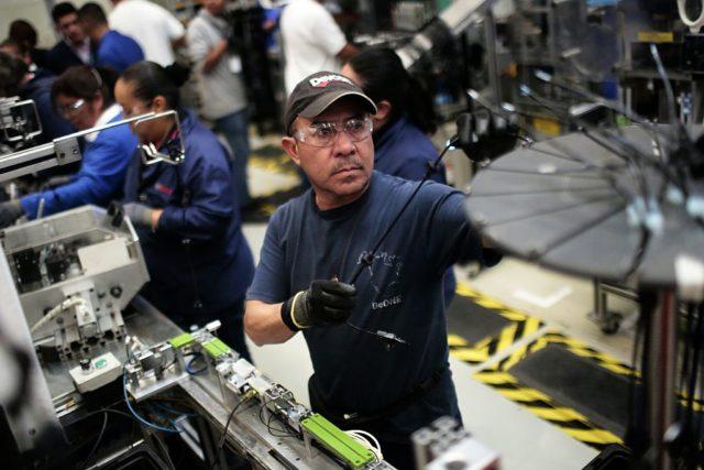 Produktion von Autoteilen in einer Fabrik in Mexiko. (Symbolbild) Foto: PEDRO PARDO/AFP/Getty Images