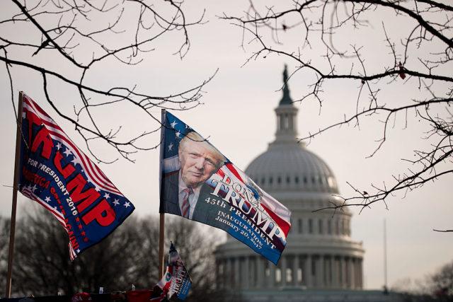 Donald Trump Flaggen vor dem US-Kapitol in Washington.  Foto: Drew Angerer/Getty Images