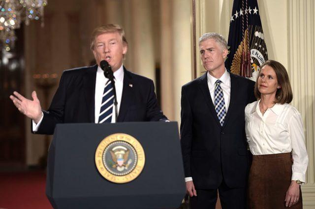 Judge Neil Gorsuch (m) und seine Frau Marie Louise neben US-Präsident Donald Trump. 31. Januar 2017. Foto: BRENDAN SMIALOWSKI/AFP/Getty Images