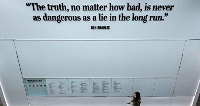 """""""Eine Wahrheit, egal wie schlimm sie auch sein mag, ist auf Dauer niemals so gefährlich wie eine Lüge"""". Ein Zitat von Ben Bradlee, aufgehängt in der Redaktion der """"Washington Post"""". Foto: BRENDAN SMIALOWSKI/AFP/Getty Images"""