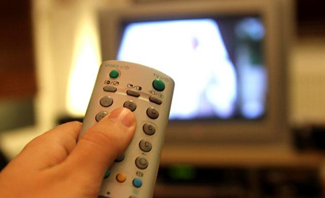 Fernsehzuschauer mit einer Fernbedienung Foto: über dts Nachrichtenagentur