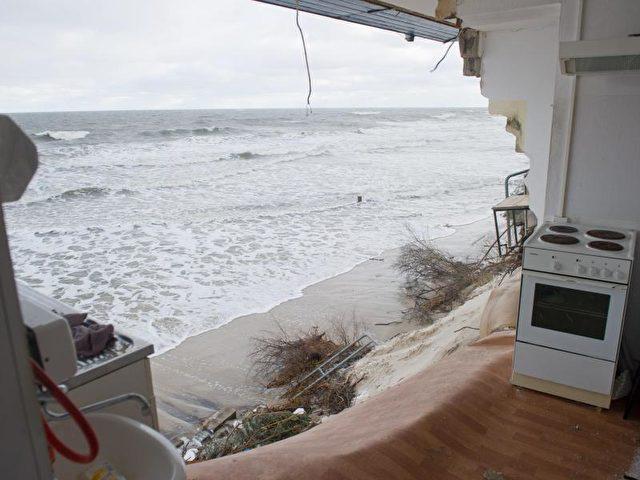 Die Ruine eines Imbiss' auf Usedom. Auf der Ostseeinsel verursachte die Sturmflut größere Schäden. Zwischen Koserow und Zempin gab es Steiluferabbrüche. Foto: Stefan Sauer/dpa