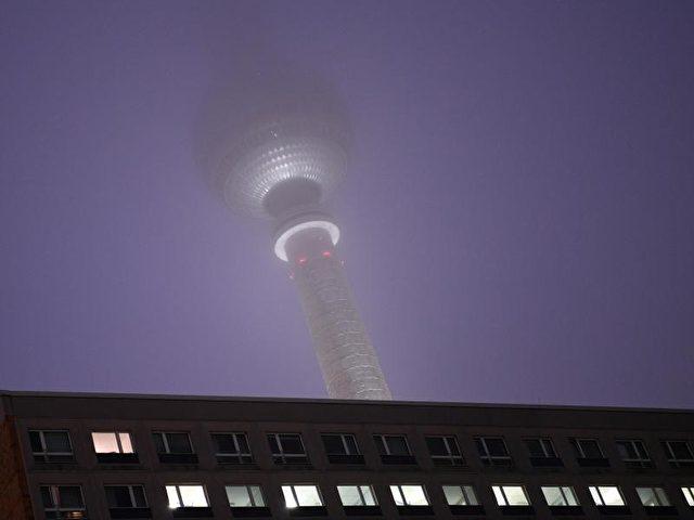 Der Fernsehturm am Alexanderplatz in Berlin scheint im Nebel zu verschwinden. Foto: Soeren Stache/dpa