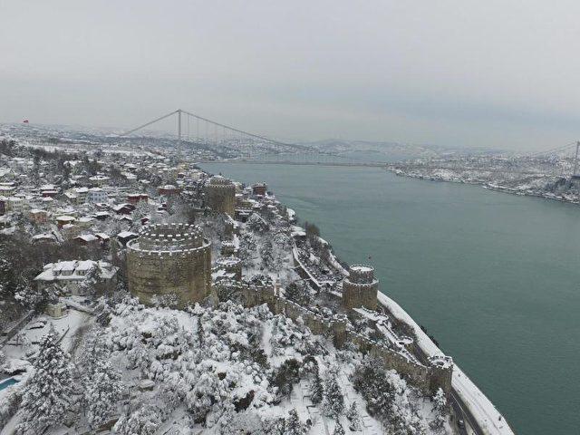 Schneebedeckt ist die Skyline von Istanbul zu sehen. Foto: Ali Aksoyer/dpa