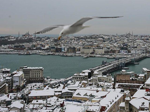 Die Dächer in der Altstadt von Istanbul sind mit Schnee bedeckt. Foto: Emrah Gurel/dpa