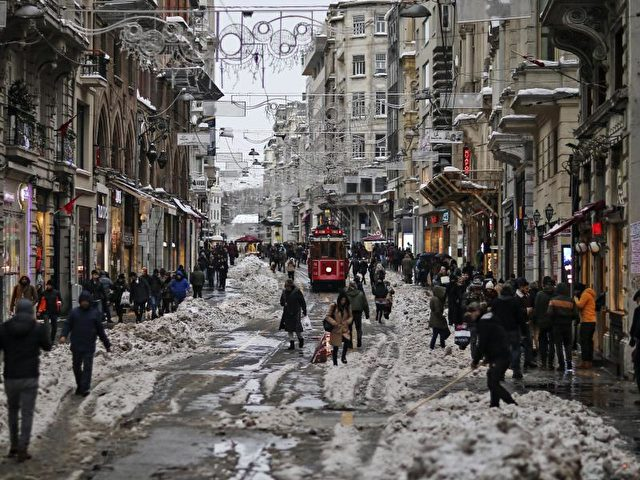 Menschen laufen über die Einkaufsstraße Istiklal im Zentrum von Istanbul. Foto: Emrah Gurel/dpa