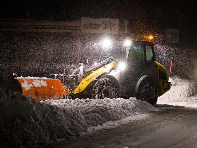 Winterdienstfahrzeuge sind am in Braunlage im Oberharz unterwegs. Foto: Swen Pförtner/dpa