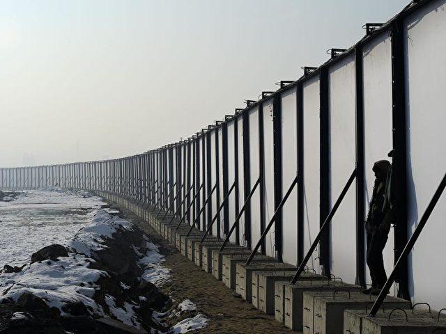 Ein Flüchtling in Belgrad an einem Zaun an der Grenze zu Ungarn. Tausende afghanische und pakistanische Flüchtlinge sind seit Monaten in der serbischen Hauptstadt gestrandet. Foto: Danilo Balducci/dpa