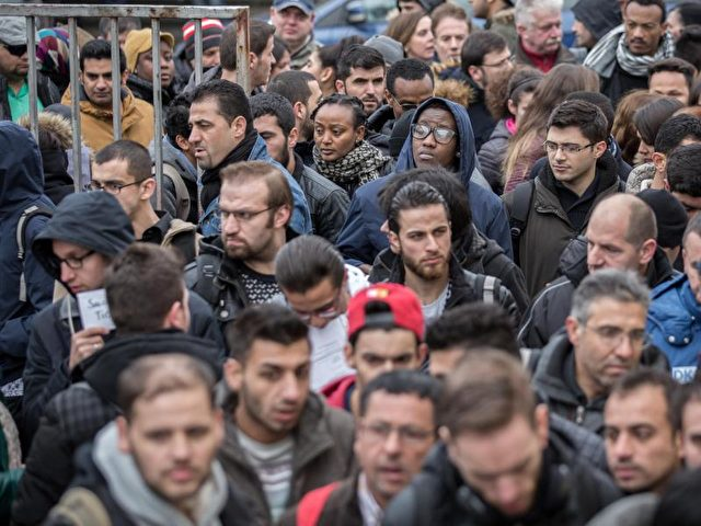 Jobsuchende drängen sich im Februar 2016 bei einer Jobbörse für Flüchtlinge am Einlass. Foto: Michael Kappeler/dpa