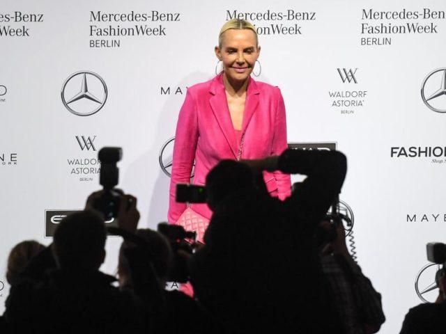 Natascha Ochsenknecht hat sich für ein rosa Outfit entschieden. Foto: Britta Pedersen/dpa