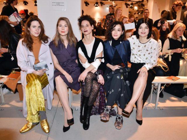 Prominente Fashion-Week-Besucher:Julia Malek (l-r), Nora von Waldstätten, Bibiana Beglau, Dorka Gryllus und Jasmin Tabatabei. Foto: Britta Pedersen/dpa
