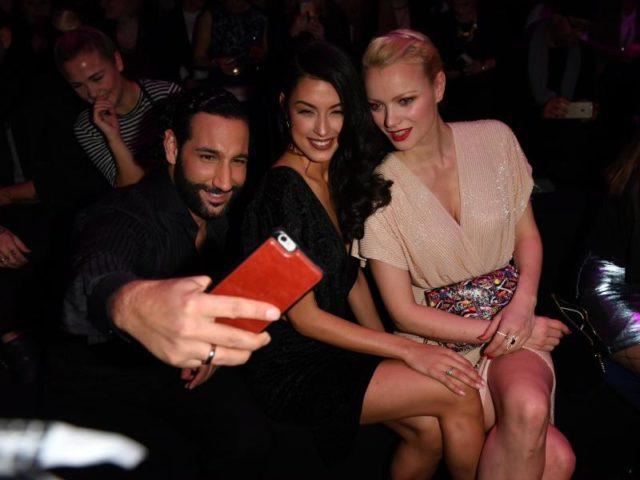 Profitänzer Massimo Sinató macht ein Selfie mit seiner Frau Rebecca Mir (M) und Model Franziska Knuppe. Foto: Jens Kalaene/dpa