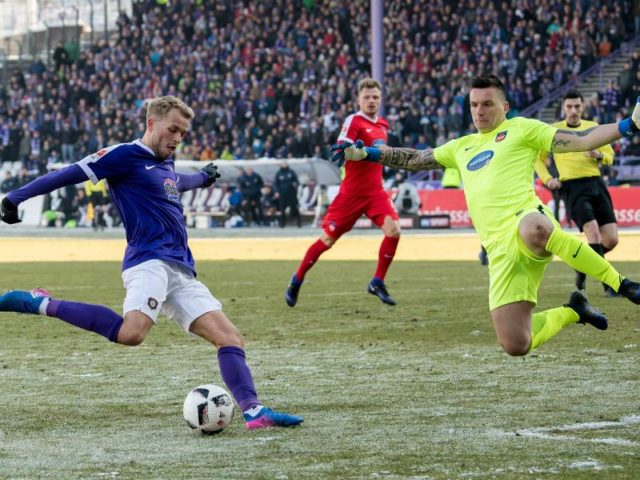 Aues Pascal Köpke (l) scheitert an Heidenheims Torwart Kevin Müller. Foto: Thomas Eisenhuth/dpa