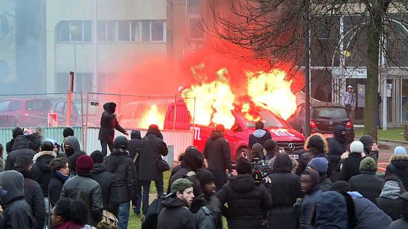 Banlieus branden door moslimrellen