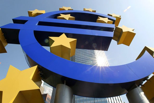 Euro-Logo vor der EZB in Frankfurt am Main. Foto: DANIEL ROLAND/AFP/Getty Images