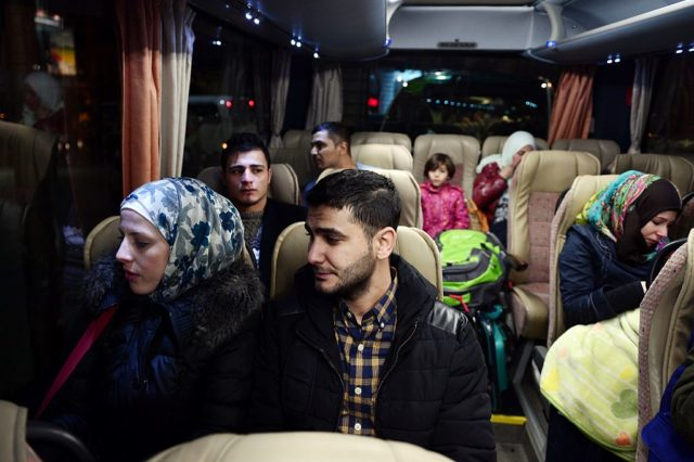 Flüchtlinge in einem Autobus. (Symbolbild) Foto: LOUISA GOULIAMAKI/AFP/Getty Images