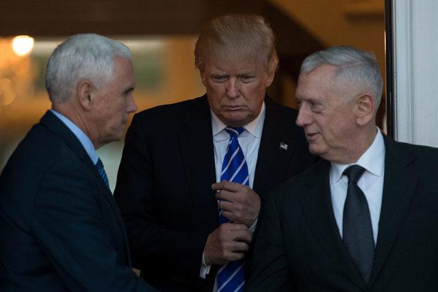 Von links nach rechts: US-Vizepräsident Mike Pence, US-Präsident Donald Trump und US-Verteidigungsminister James Mattis. Foto: Angerer/Getty Images
