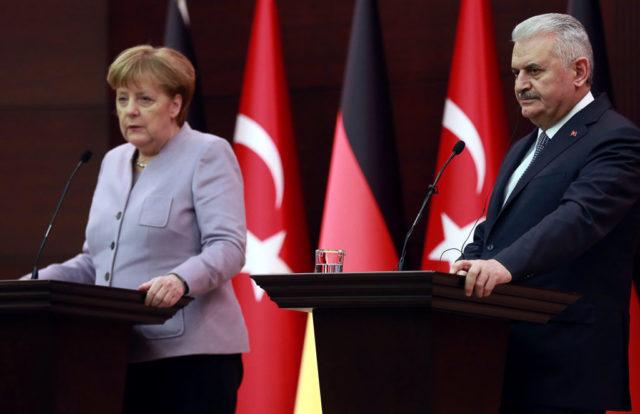 Der türkische Premier Binali Yildirim (r) und Kanzlerin Angela Merkel. 2. Februar 2017 in Ankara, Türkei. Foto: ADEM ALTAN/AFP/Getty Images