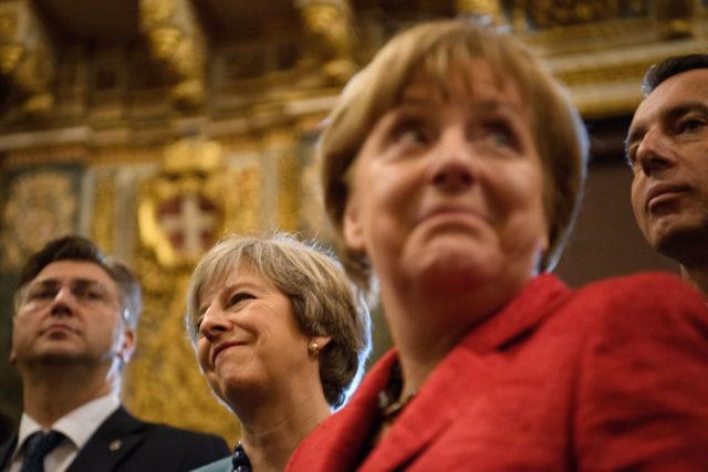 Die britische Premierministerin Theresa May (l), Kanzlerin Angela Merkel (r) und in der Mitte hinten Österreichs Kanzler Christian Kern, beim EU-Gipfel in Malta. 3. Februar 2017. Foto: Leon Neal/Getty Images