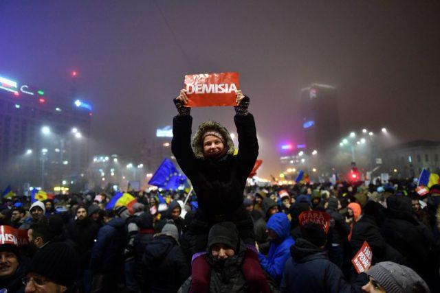 In Rumänien haben den dritten Tag in Folge Zehntausende Menschengegen die sozialliberale Regierung demonstriert. Foto: DANIEL MIHAILESCU/AFP/Getty Images
