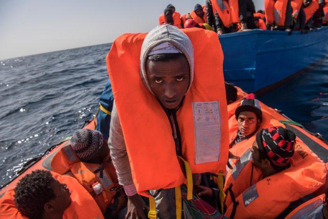 Flüchtlinge aus Libyen auf dem Weg nach Europa. Foto: David Ramos/Getty Images