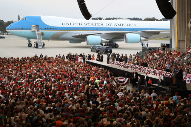 Tausende Fans erwarten US-Präsident Donald Trump in Melbourne, Florida. 18. Februar 2017. Foto: Joe Raedle/Getty Images