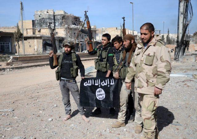 """Die von der Türkei unterstützten Rebellen in Syrien posieren mit der Flagge des """"Islamischen Staates"""" in der Stadt Al-Bab, Syrien. 20. Februar 2017. Foto: NAZEER AL-KHATIB/AFP/Getty Images"""