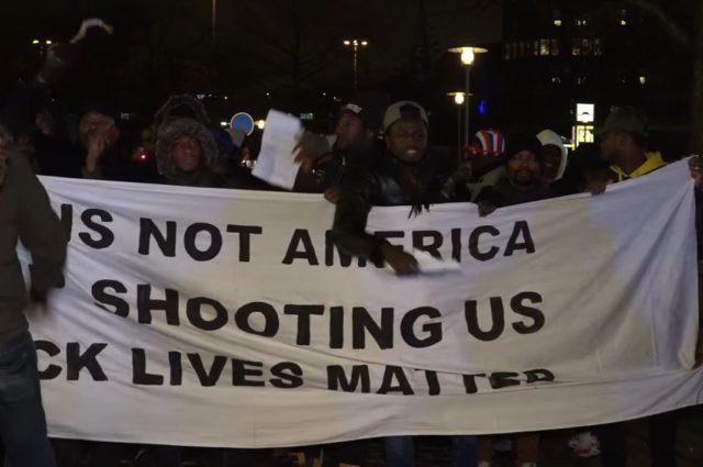 Demo nach Polizei-Schüssen auf bewaffneten Afrikaner in Hamburg. Foto: Screenshot/Youtube