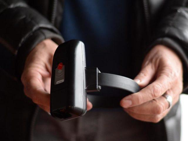 Eine elektronischen Fußfessel: Islamistische Gefährder sollen damit künftig überwacht werden können. Foto: Susann Prautsch/dpa