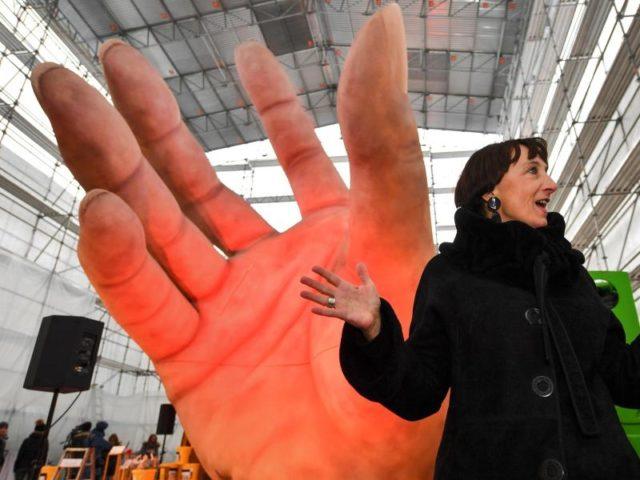 Hand drauf - das wird eine große Sache. Elisabeth Sobotka, Intendantin der Bregenzer Festspiele, vor einem Kulissenteil für die Oper Carmen. Die künstliche Hand ist 17 Meter hoch und wiegt rund 20 Tonnen. Foto: Felix Kästle/dpa