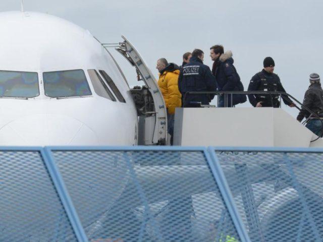 Abgelehnte Asylbewerber steigen im Rahmen einer Sammelabschiebung in ein Flugzeug. Foto: Patrick Seeger/dpa