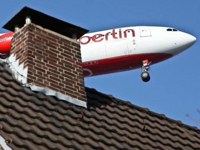 Zu nah, zu laut: Ein Flugzeug beim Landeanflug in Düsseldorf. Foto: David Young/dpa