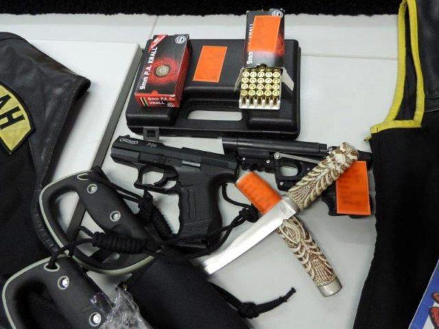 Beschlagnahmte Waffen aus einer Polizeirazzia im Februar 2015 gegen den Rocker-Club Satudarah in Essen. Foto:Polizei Essen/Archiv/dpa