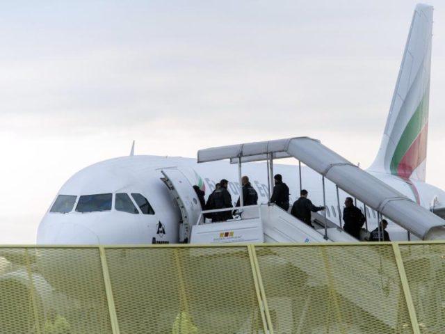 Abgelehnte Asylbewerber steigen im Rahmen einer Sammelabschiebung in ein Flugzeug. Foto: Daniel Maurer / Archiv/dpa