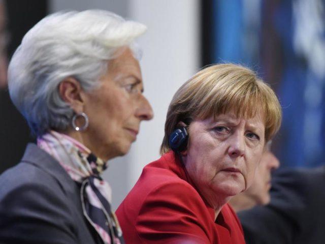 Beraten in Berlin über die Griechenland-Krise: Bundeskanzlerin Angela Merkel (r) und IWF-Chefin Christine Lagarde. Foto: Rainer Jensen/Archiv/dpa
