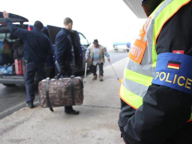 Polizisten begleiten abgelehnte Asylbewerber auf einen Flughafen. Foto: Sebastian Willnow/Archiv/dpa