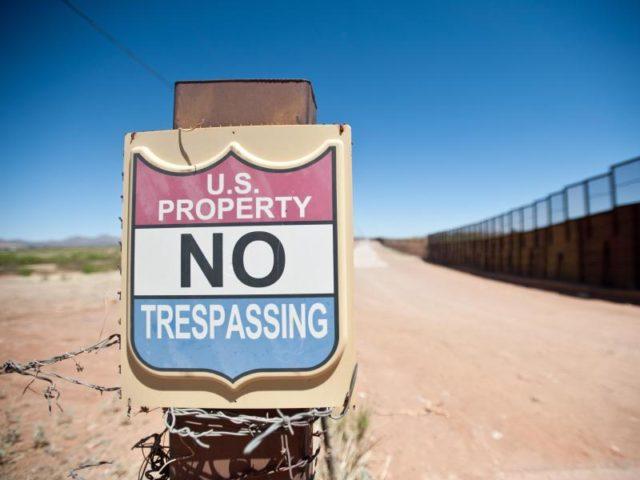 Ein Schild im US-Bundesstaat Arizona an der Grenze zu Mexiko, aufgestellt. Mit einer Mauer zum Nachbarland will Donald Trump illegale Einwanderung und Drogenschmuggel stoppen. Foto: Will Seberger/dpa